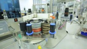 pharmaceutics Den farmaceutiska arbetaren fungerar den förpackande maskinen för minnestavlablåsan tillverkning av injektionssprut arkivbilder