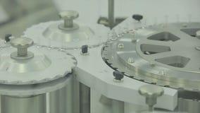 pharmaceutics Fodra maskintransportören för förpackande glasflaskaampuller i askar på fabriken farmaceutisk medicin arkivfoto
