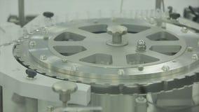 pharmaceutics Fodra maskintransportören för förpackande glasflaskaampuller i askar på fabriken farmaceutisk medicin arkivbilder