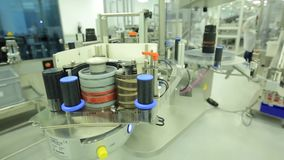 pharmaceutics Le travailleur pharmaceutique actionne la machine de conditionnement de boursouflure de comprimé fabrication des se banque de vidéos
