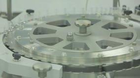 pharmaceutics O trabalhador farmacêutico opera a máquina de empacotamento da bolha da tabuleta fabricação de seringas Seringa vídeos de arquivo