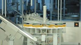 pharmaceutics Rayez le convoyeur de machine pour les ampoules de empaquetage de bouteilles en verre dans des boîtes à l'usine Méd photo stock