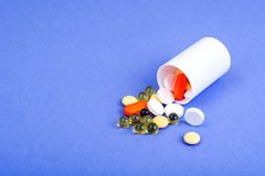 pharmaceutics Vita preventivpillerar på violett bakgrund royaltyfria foton