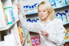 Pharmaceutist kobiety pracownik w aptece Fotografia Royalty Free
