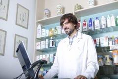 Pharmacien à l'aide d'un ordinateur photo libre de droits