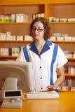 Pharmacien à l'aide de l'ordinateur image stock