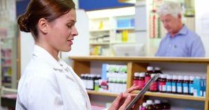 Pharmacien à l'aide du comprimé numérique clips vidéos