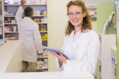 Pharmacien à l'aide du PC de comprimé Photos stock