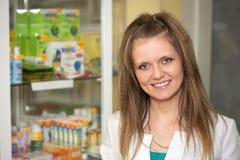 Pharmacien à la pharmacie. Une verticale femelle Photographie stock libre de droits
