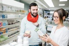 Pharmacien avec le client dans le magasin de pharmacie Images libres de droits