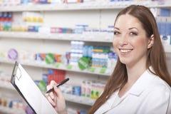 Pharmacien avec le presse-papiers Images stock