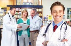 Pharmacien avec un couple supérieur. Images libres de droits