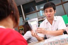 Pharmacien conseillant et informant son patient Images libres de droits