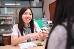 Pharmacien conseillant et informant son patient Image libre de droits