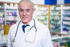 Pharmacien dans le manteau de laboratoire images libres de droits