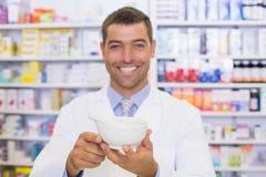 Pharmacien de sourire mélangeant une médecine images stock