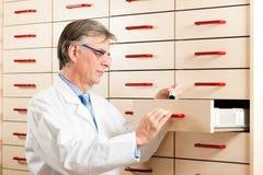 Pharmacien devant le coffre de médecine Photo libre de droits