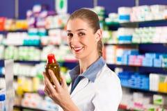 Pharmacien féminin dans sa pharmacie Photos libres de droits