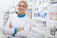 Pharmacien féminin gai travaillant à la pharmacie image libre de droits