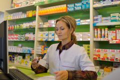 Pharmacien féminin tenant la prescription photo libre de droits