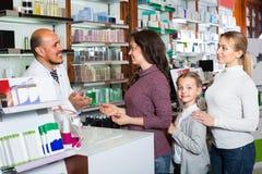 Pharmacien masculin dans la pharmacie images libres de droits