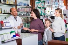 Pharmacien masculin dans la pharmacie photo libre de droits