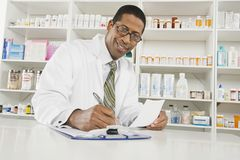 Pharmacien masculin Working In Pharmacy Photo stock