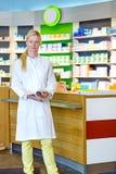 Pharmacien mignon tenant le compteur proche image libre de droits