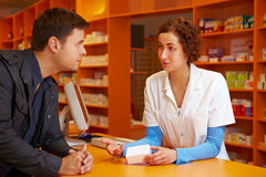 Pharmacien parlant au propriétaire Images libres de droits
