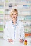 Pharmacien With Pill Bottle et papier de prescription images stock