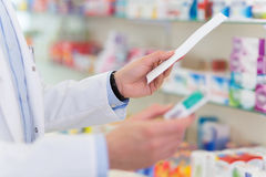 Pharmacien Reading Prescription Photos stock