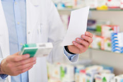 Pharmacien Reading Prescription Images libres de droits