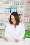 Pharmacien Reading Prescription Paper Photos stock