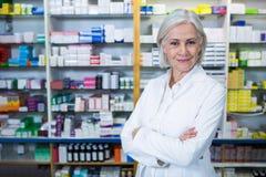 Pharmacien se tenant avec des bras croisés Photo libre de droits