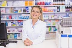 Pharmacien souriant à l'appareil-photo image stock