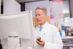 Pharmacien supérieur à l'aide de l'ordinateur Photo libre de droits