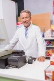 Pharmacien supérieur à l'aide de l'ordinateur Image libre de droits