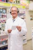 Pharmacien supérieur de sourire avec l'écouteur Photos stock