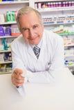 Pharmacien supérieur de sourire tenant le médicament Images libres de droits