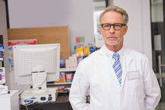 Pharmacien supérieur regardant l'appareil-photo Photos libres de droits