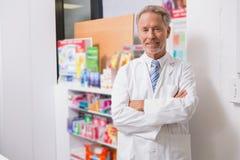 Pharmacien supérieur souriant à l'appareil-photo Images libres de droits