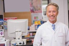 Pharmacien supérieur souriant à l'appareil-photo Photographie stock