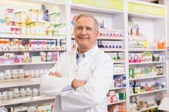 Pharmacien supérieur avec des bras croisés Photos stock