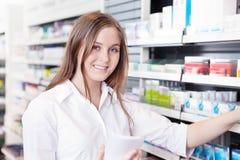 Pharmacien travaillant dans la pharmacie de pharmacie Photo stock