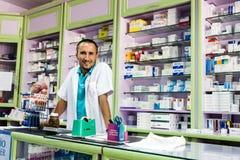 Pharmacien turc amical dans le manteau blanc de laboratoire Images stock