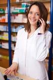 Pharmacien Using Cordless Phone au bureau photographie stock libre de droits
