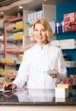 Pharmacienne mûre de femme au travail photo libre de droits