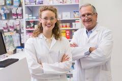 Pharmaciens de sourire avec des bras croisés Images libres de droits