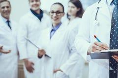 Pharmaciens posant dans la pharmacie image libre de droits