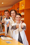 Pharmaciens réussis dans la pharmacie Image stock
